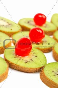 Kiwis slices with cherries