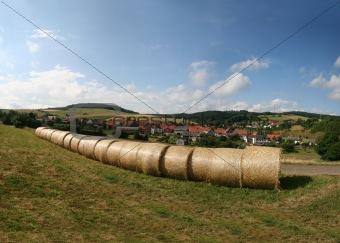 Heuballen vor Dorf im Knüll (Nordhessen)