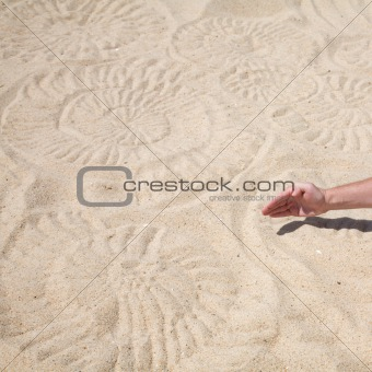 ammonite sand design and male hand making it