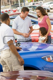 Family choosing new car