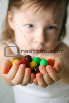 Small girl the hands the candies