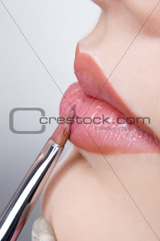 applying the lips gloss