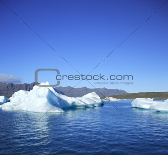 Icebergs against the mountains