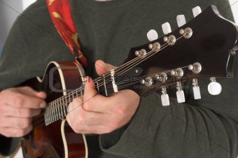 close up of man playing guitare