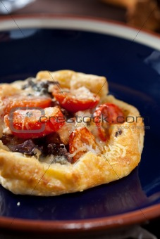 Small puff pastry pie