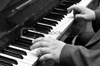 Old jazz musician plays piano