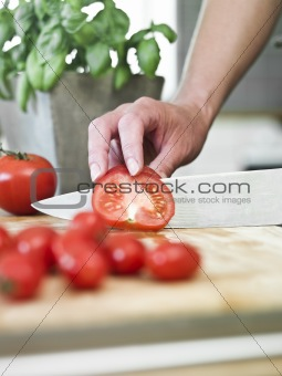 Cutting tomatoes
