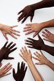 Viele Hände von Personen verschiedener nationalitäten
