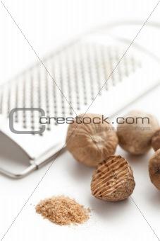 grind nutmeg with grinder
