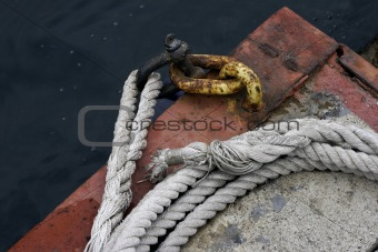 Art composition with rope and chain