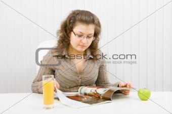 chubby girl reads a fashion magazine