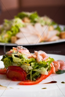 Green salad with shrimps and tomatos