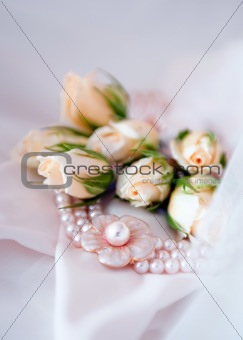 beautiful bridal pearl necklace with wedding rose flowers