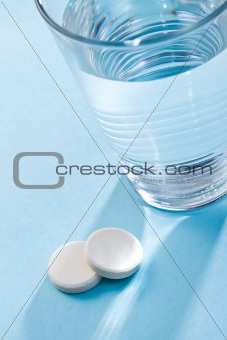 effervescent tablets and glass with water