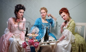 Three dames in historical dresses