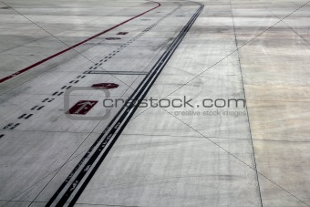 landing runway road airplanes traffic signals lines