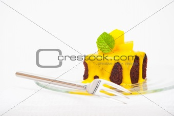 Small cakes with vanilla sauce and mango