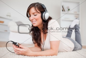 Attractive brunette woman listening to music with her mp3 player