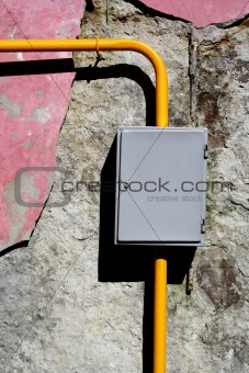 Yellow gas pipe gauge box close-up foto