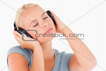 Close up of a blond woman with headphones