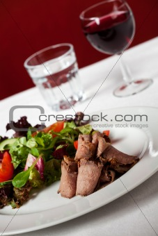 slices of roastbeef with salad