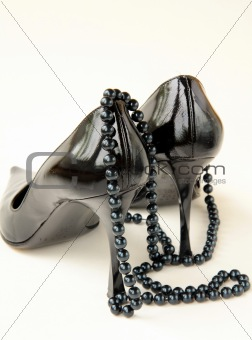 Black women shoes with the thread of black pearls