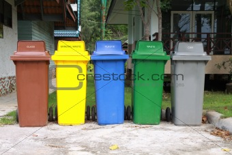 five colors recycle bins