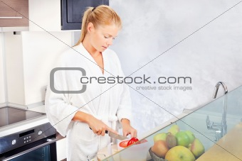 woman making morning juice in kitchen