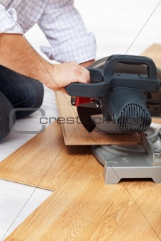 Cutting laminate flooring pieces