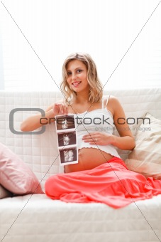 Pregnant woman showing echo