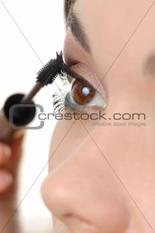 applying mascara using lash brush