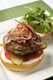 Hamburger topped with oignons 