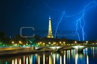 Powerful thuderbolt behind the Eiffel tower