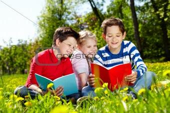Friends reading