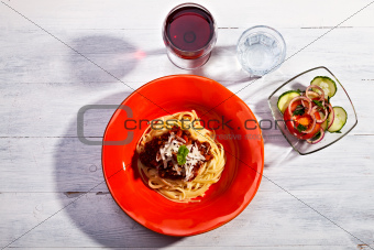 spaghetti bolognese on a red plate