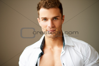 Close up of sporty man posing in white shirt