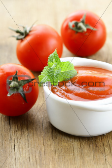 Natural tomato sauce with fresh tomatoes