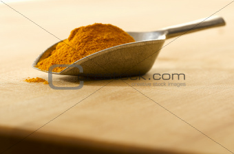 Scoop with curry on a cutting board