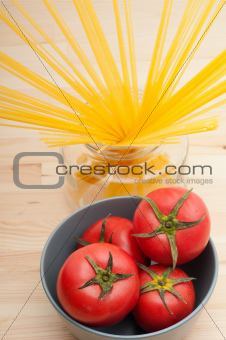 fresh tomato and spaghetti pasta