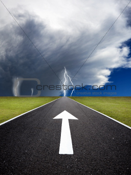 The road to the storm with thunder on the field