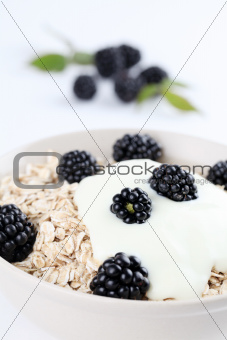 Oatmeal with yogurt and blackberries