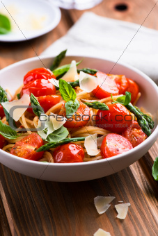 Spaghetti with green asparagus and tomatoes