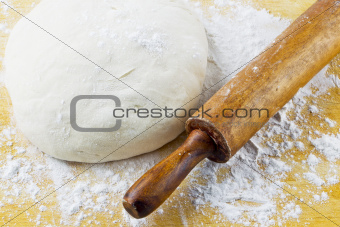 rolling pin with pizza dough