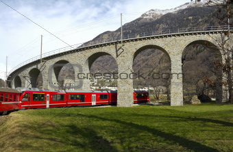 Alps Train glides to viaduct