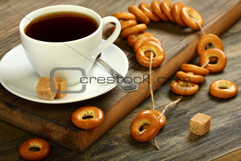 Small bagels in placer and a cup of tea.