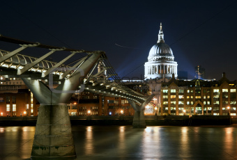 Long exposure of St Paul&#39;s cathedral in London at night with ref