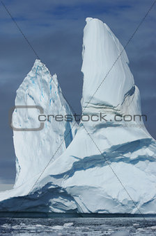 A large iceberg with two vertices.