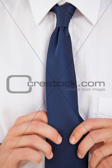 Man making a tie knot