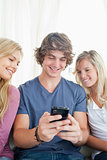 man showing the two girls whats on his phone