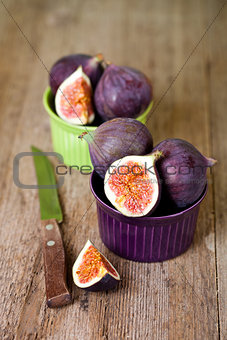 bowls with fresh figs and old knife
